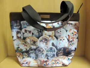 Сумка с кошками с карманом на молнии.